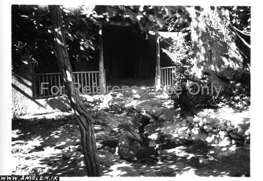 زن و پسر در چشمه – آبگرم لاریجان عهد قاجار
