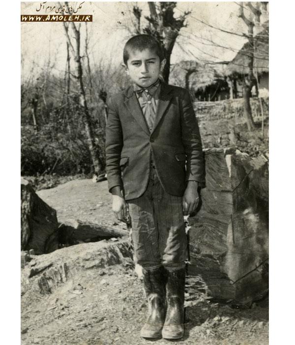 عکس یادگاری در حیاط مدرسه یکی از روستاهای آمل سال ۴۸